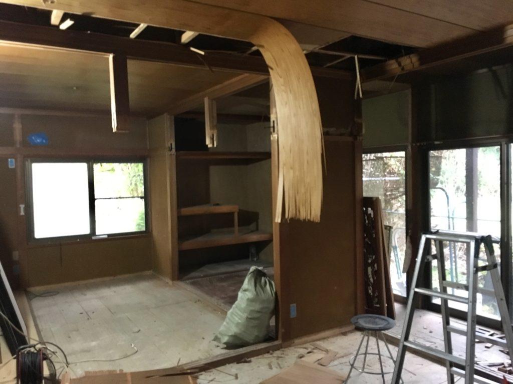【DIY】和室の天井をぶち抜いて、天井をかさ上げします。梁を露出させて、一気にモダンな古民家風仕上がりに近づきます。