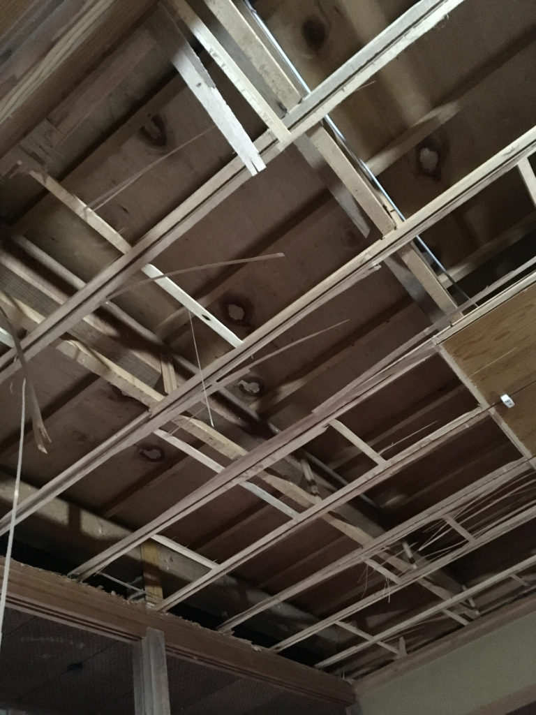 和室の吊り天井を剥ぎ取って、天井下地を露出させました。