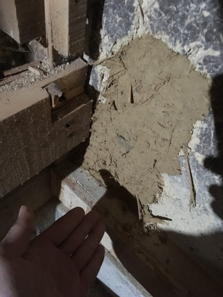砂壁の撤去で出た砂に水を加えて再利用する