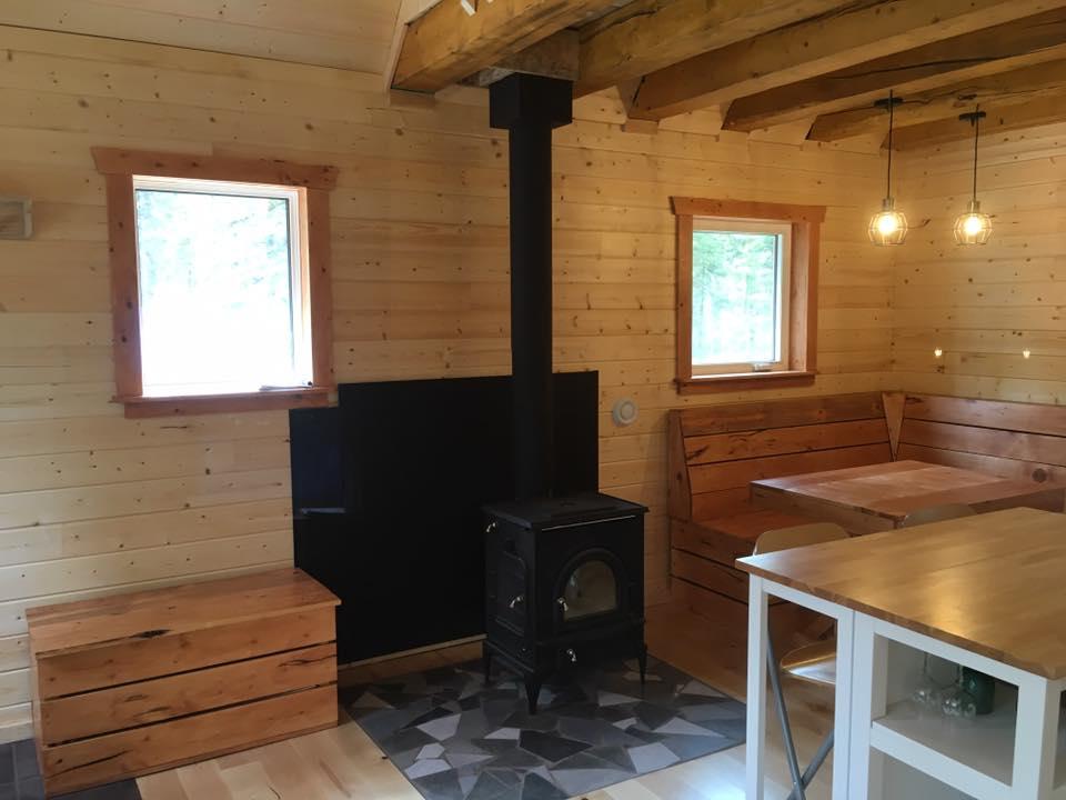 自作した小屋に薪ストーブを取り付けました。