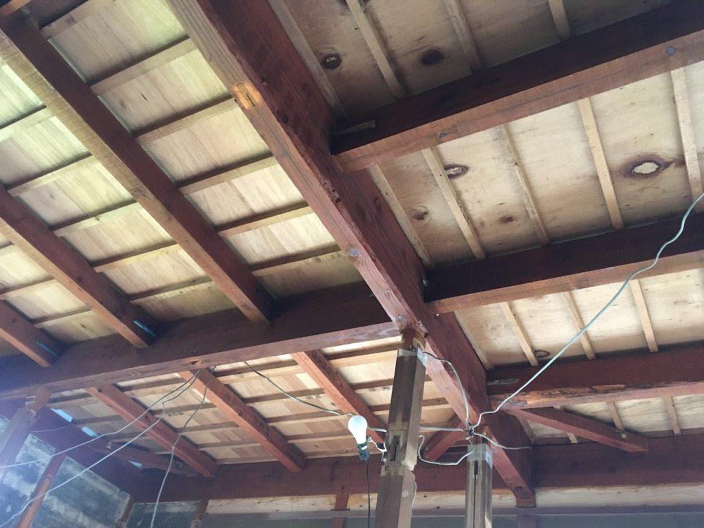 ぶち抜いた和室の天井に、板を貼るための下地を作っていきます。