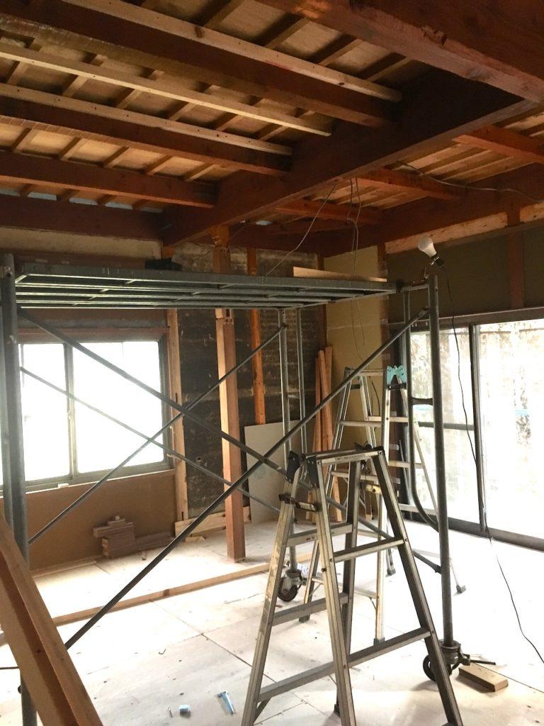 天井のDIYは脚立では危ないので、足場を組むことを強くおすすめします。