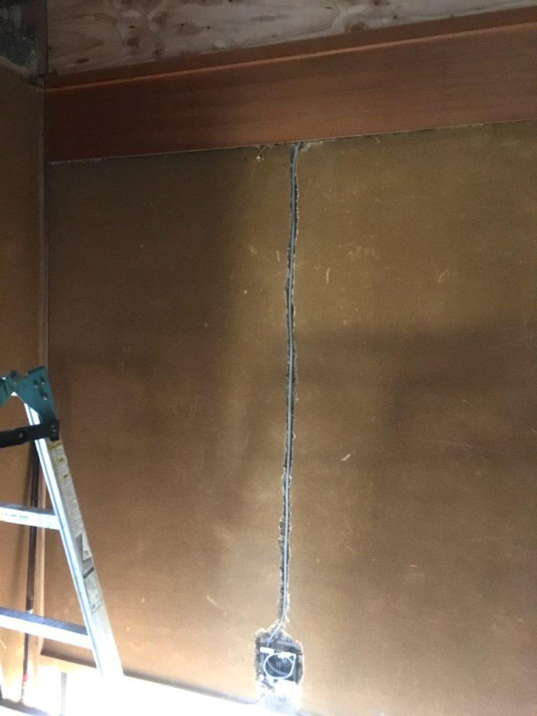 和室の砂壁にコンセントを増設します。