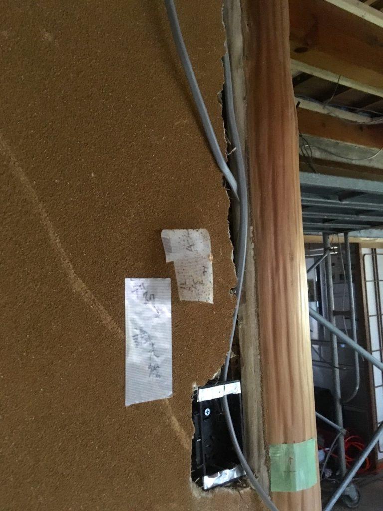 和室の砂壁にコンセントとスイッチを電気工事で追加しました。