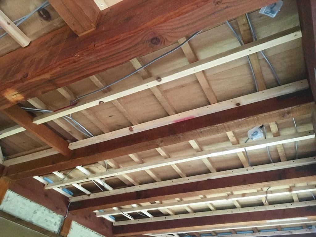 和室の天井をDIYでぶち抜いたら、下地を取りつけて、グラスウールの断熱材を貼ります。
