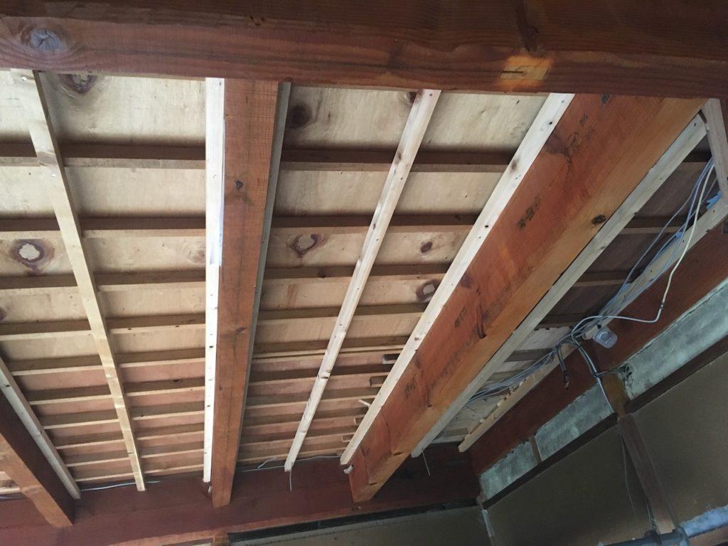 天井を抜いた和室に下地をDIYで作っていきます。