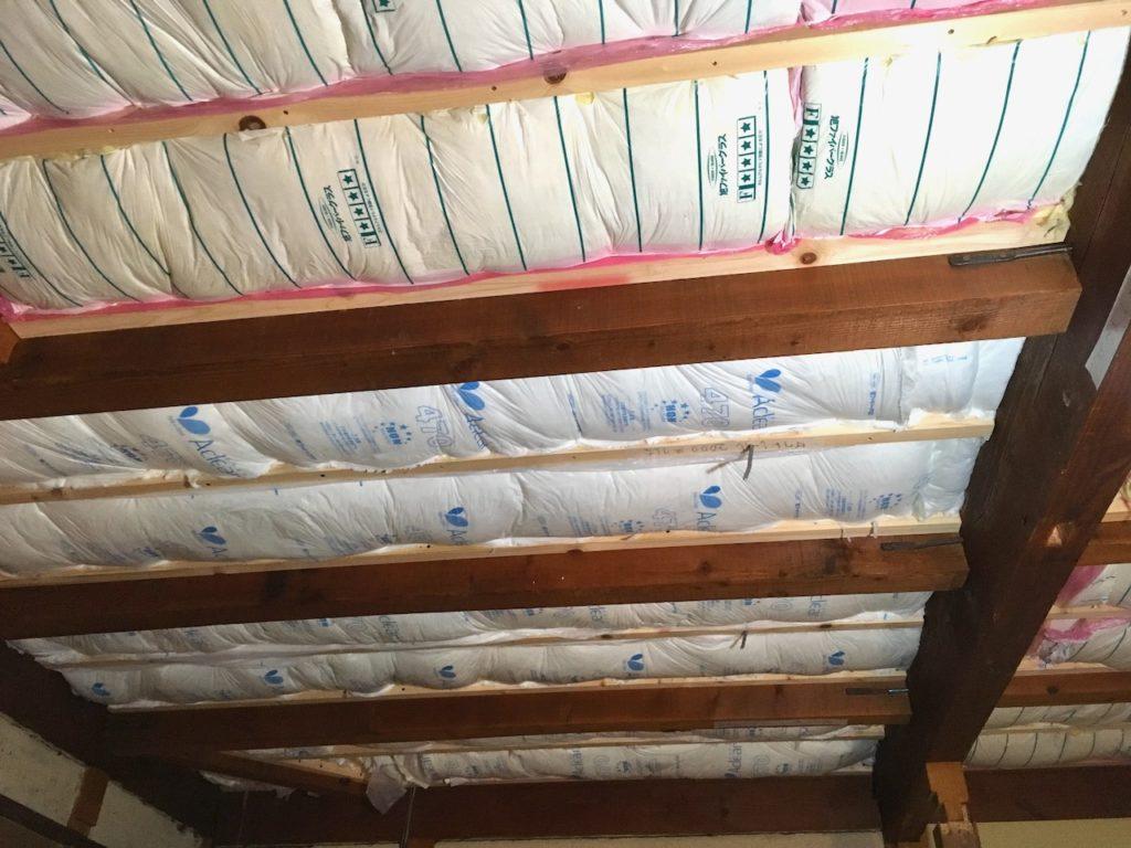 天井に断熱材をDIYで施行する。