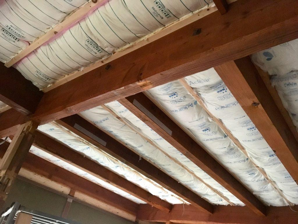天井にグラスウールの断熱材を施行した。グラスウールのメリットとデメリット