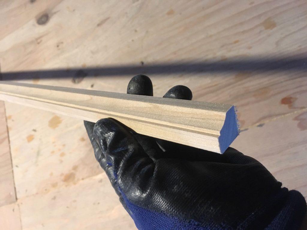 モールディング材や雑巾摺り棒を使って、できた隙間を隠します。