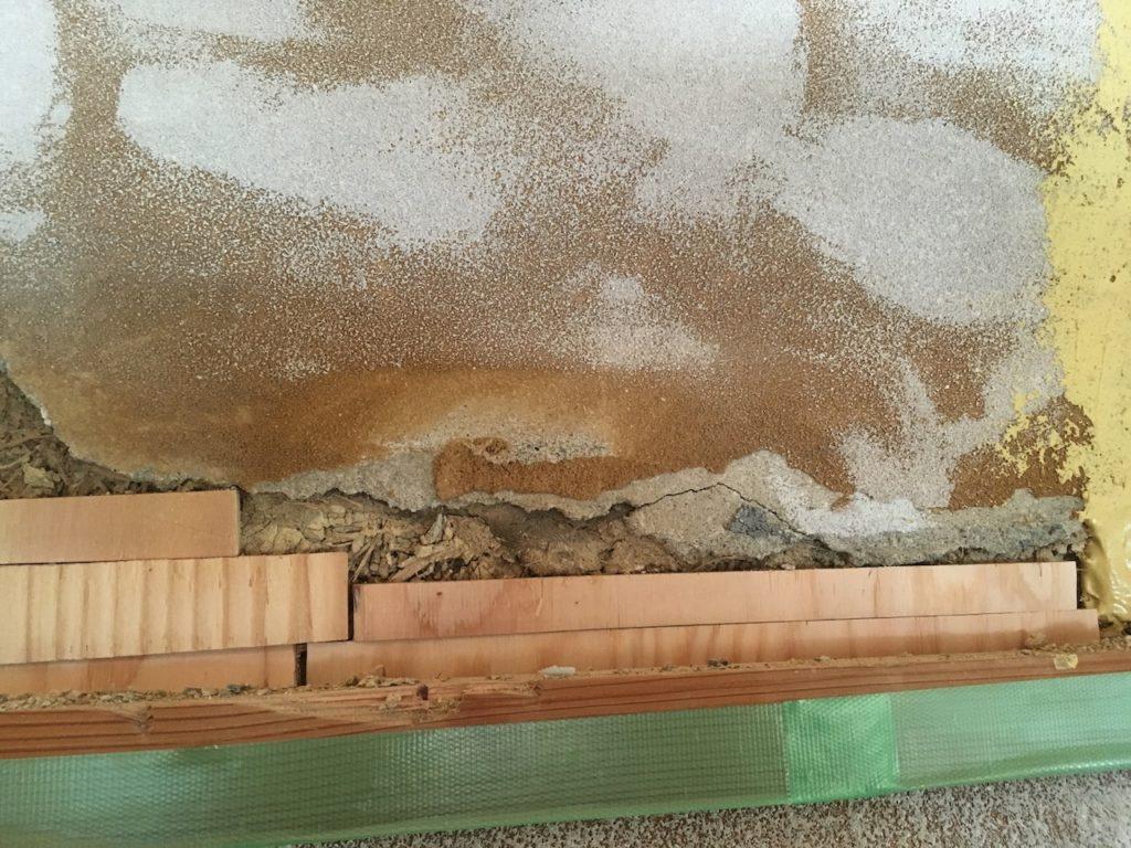 長押裏にパテを塗る前に下地を置く