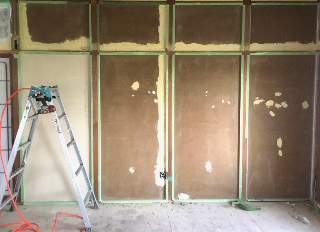和室の壁と長押の裏をパテで補修しました