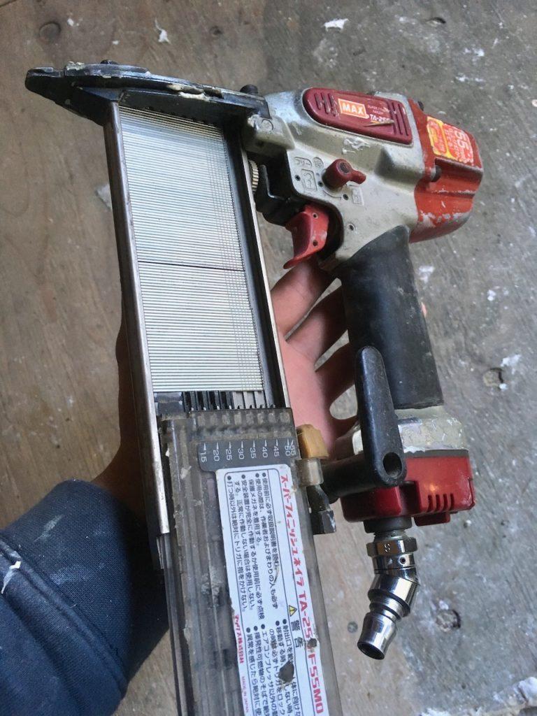 フィニッシュネイラーは仕上げ釘打機ともいいます。内装材を貼る際に大活躍します。