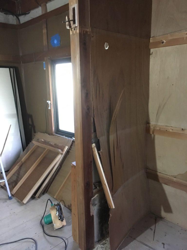 和室の押入れの薄いベニヤ壁を撤去します。