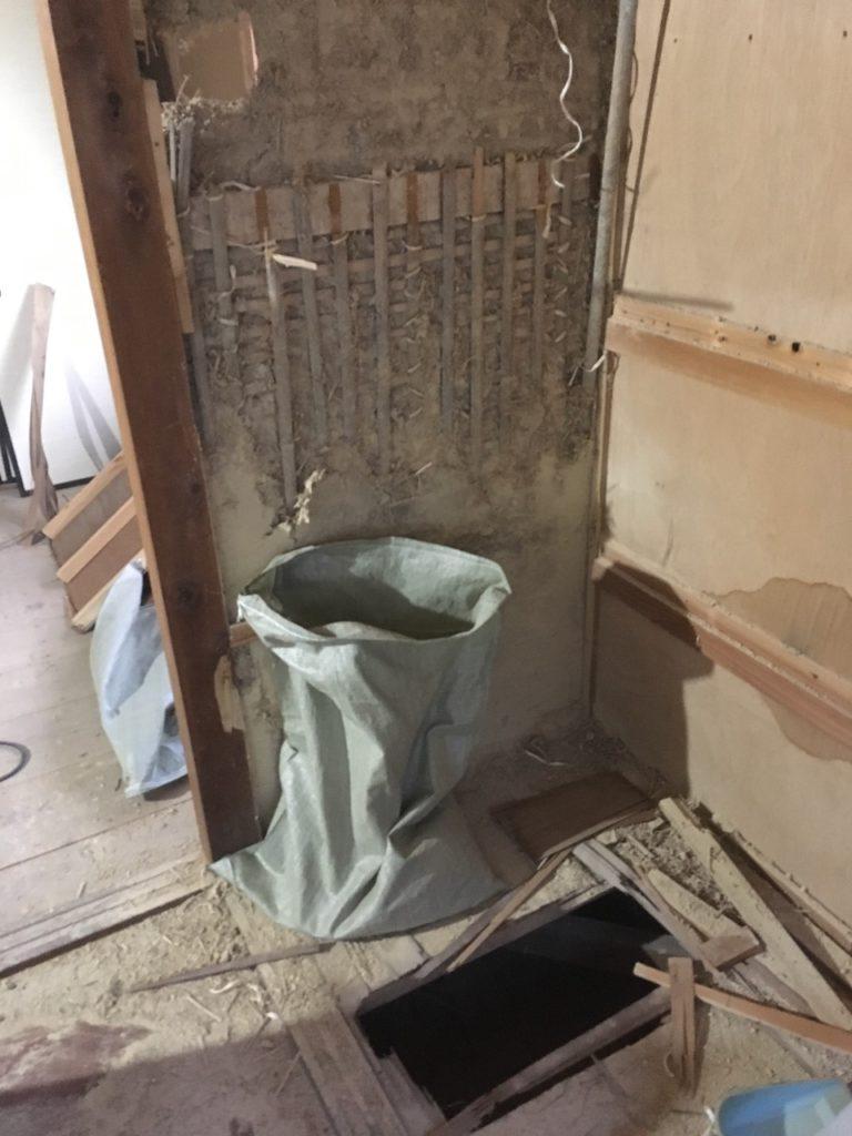 和室の押入れを解体していたら、古いベニヤの床を踏み抜きました。危ない危ない。