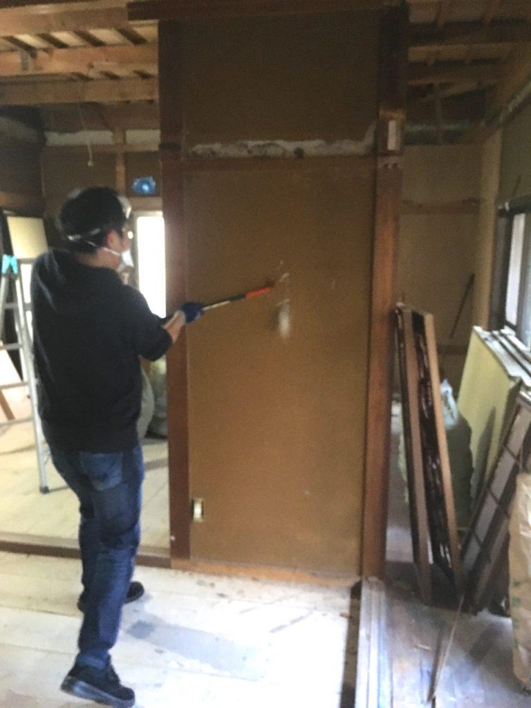 和室の砂壁をDIYでぶち抜いて、部屋どうしを繋げます。