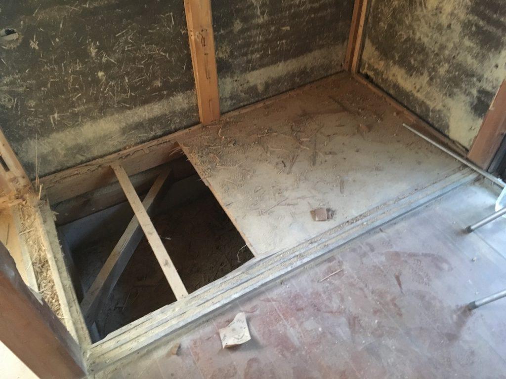 和室の押入れをDIYで撤去していたら、床を踏み抜きました