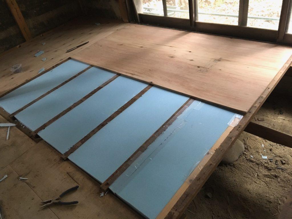 【DIY】古いフローリングを撤去したら、断熱材と12mmの構造板を設置して、捨て貼りというフローリング下地を作ります。