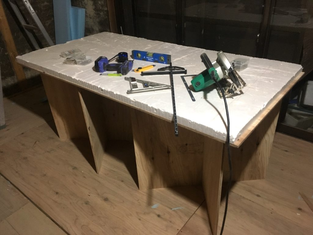 DIYで自作した作業台に発泡スチロールをのせれば、丸ノコでの作業も安心です。これならキックバックもしません。