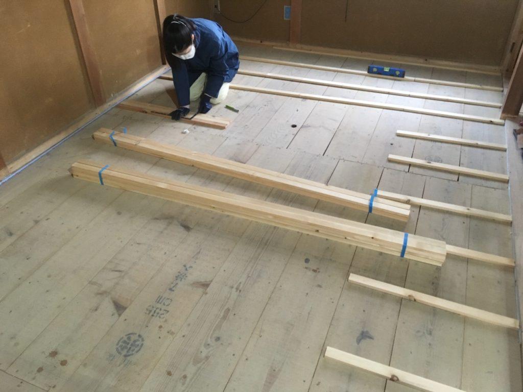 和室の畳を取り除いて、フローリング化するための下地を作る方法を解説します。