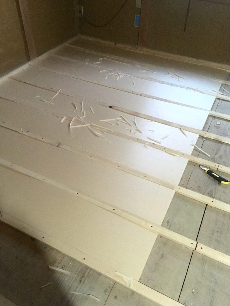 ザ・スリムを床の下地に設置しました。