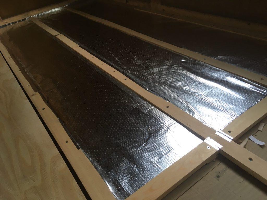 アルミシートの断熱材を床下地に貼る