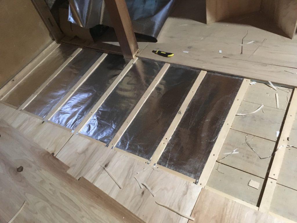 アルミシートの根太の間に設置して断熱材を補強します。