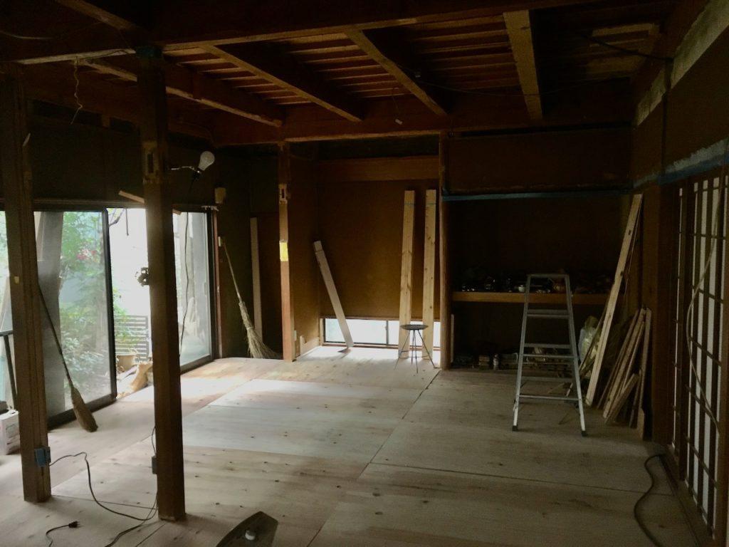 畳を取り除いた和室に構造板で捨て貼りをして、フローリング下地をつくります。