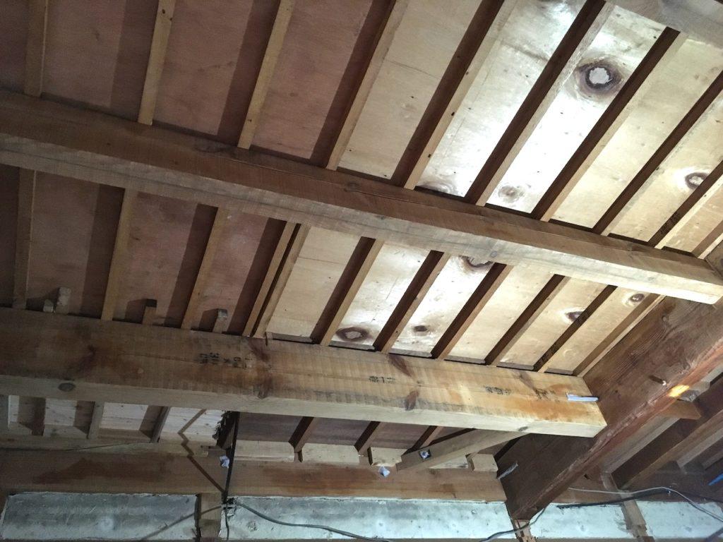 塗装前の古民家の梁。 こちらをネオステインで塗装していきます。