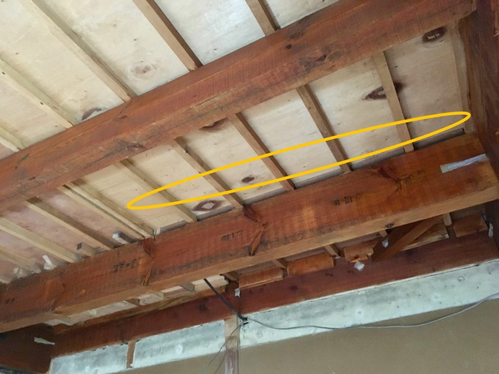 2階の床を支える根太に板を貼るのはNGです。この天井に下地を作っていきます。