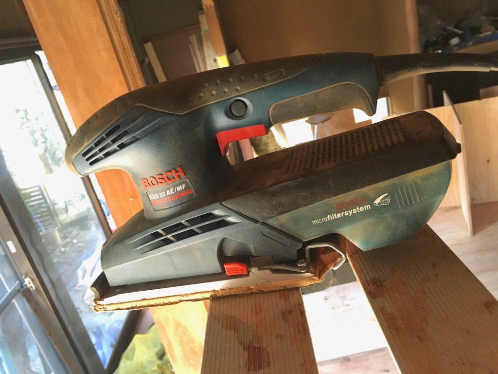 梁を研磨しネオステインで塗装する。サンダーで梁を研磨し、素地調整をします。