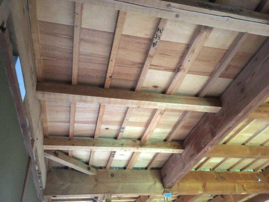 和室の古い天井をDIYでぶち抜いて、梁と梁の間にウッドパネルを貼ってみます。