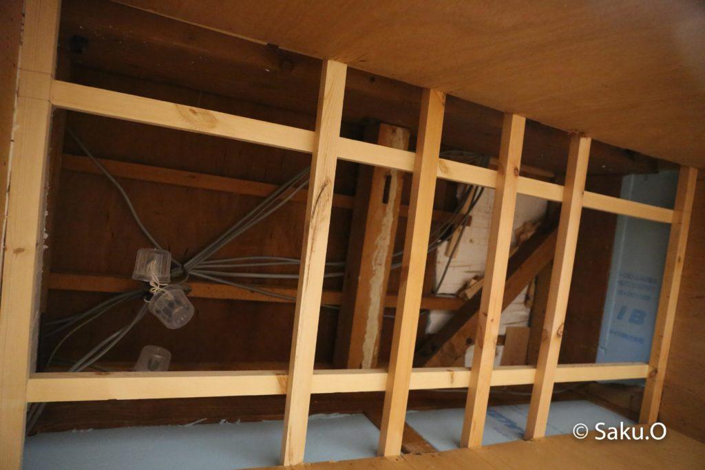 【DIY】押入れに天井と点検口を自作する方法を解説 下地の野縁材を取り付けます。