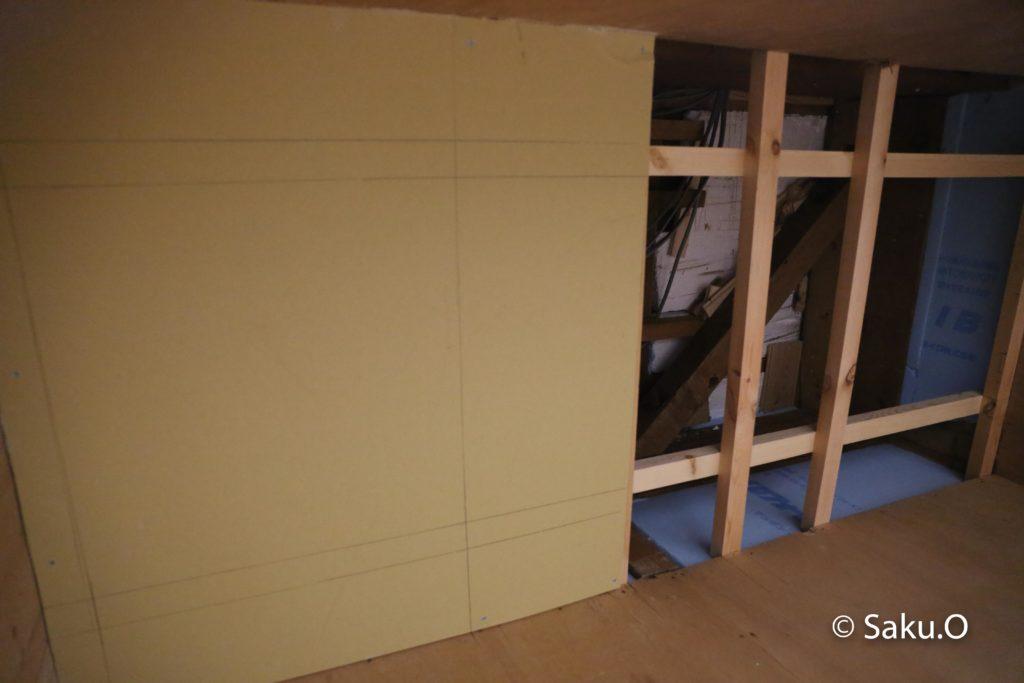 【DIY】押入れに天井と点検口を自作する方法を解説 下地に石膏ボードを取り付ける