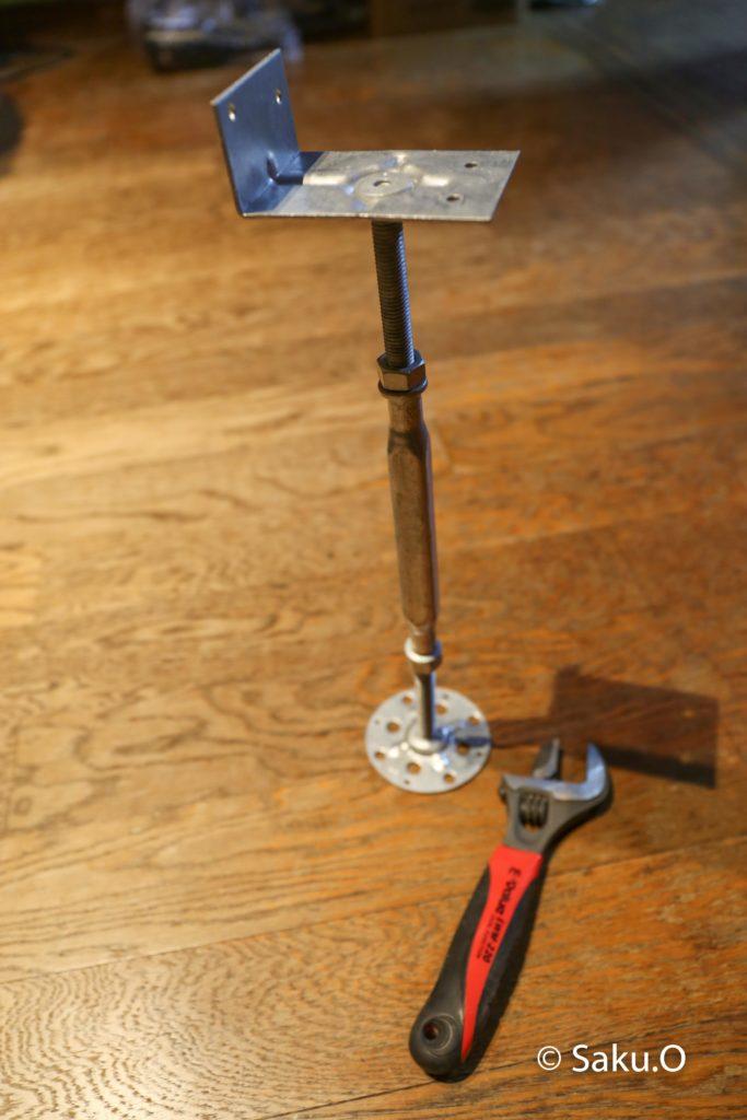 薪ストーブの床補強には鋼製束を使用する。