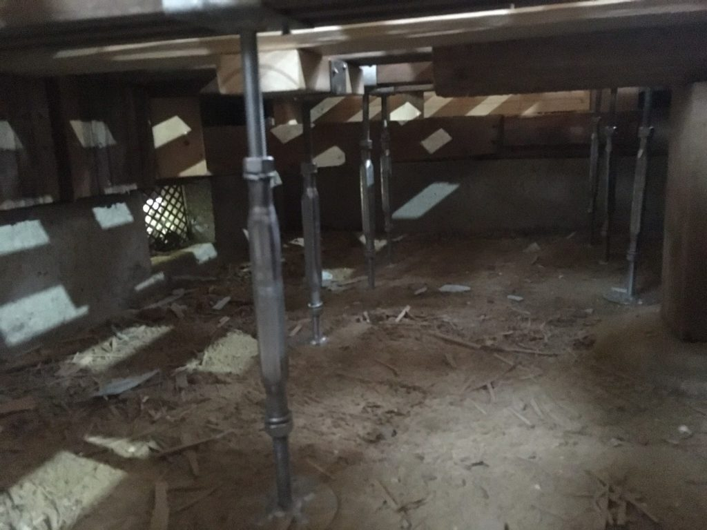和室の床を鋼製束で補強して薪ストーブコーナーを作る。