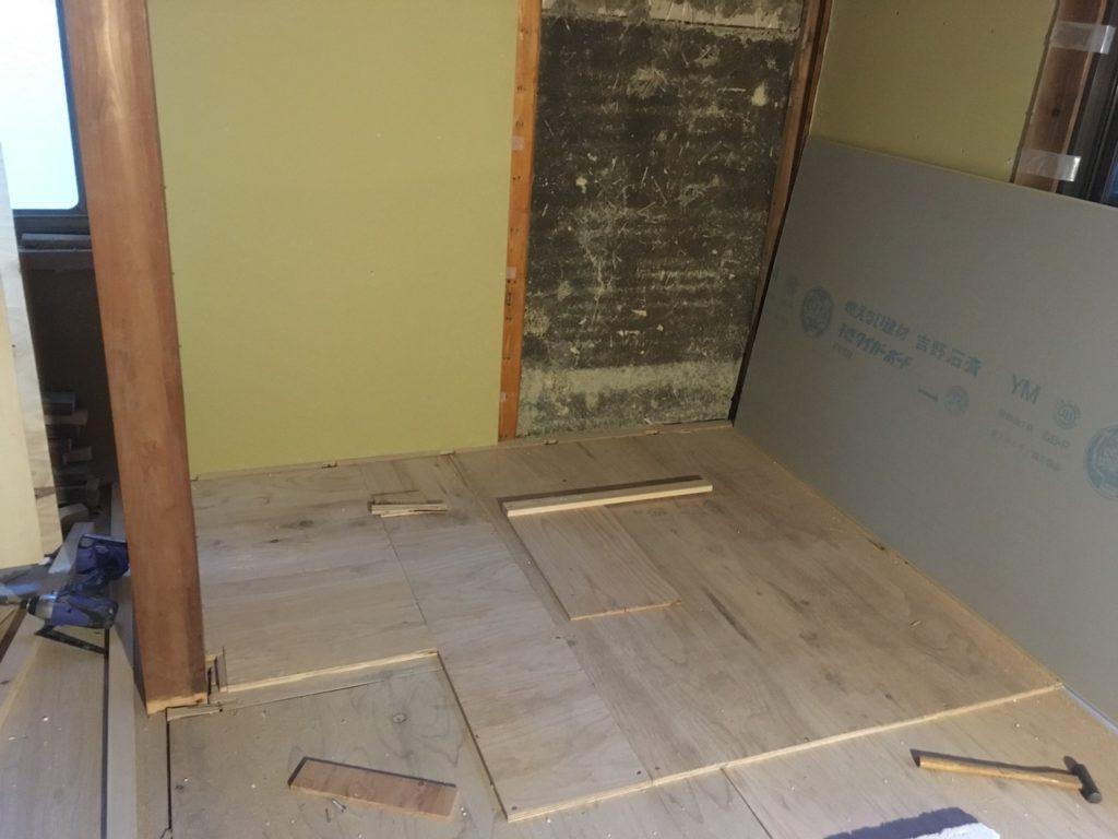 炉台を自作するには、まず構造板を敷いて、水平を綺麗に出しながら、炉台に高さを出します。
