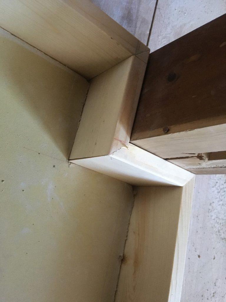 45度どうしで木材を合わせる「留め」隙間なく作るのは難しいですが、これができるとプロっぽく見えます。