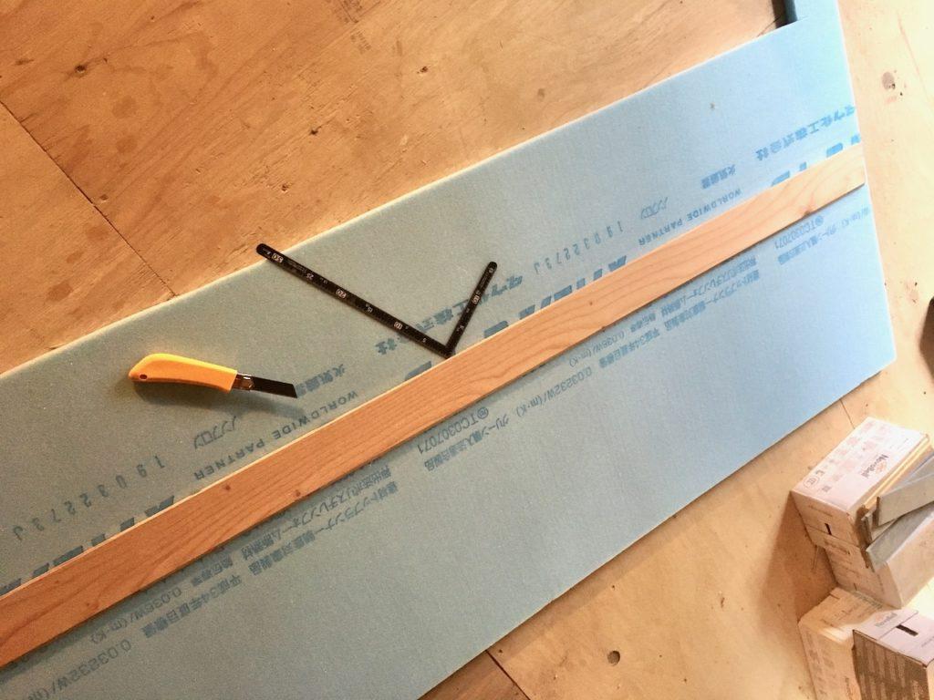 むき出しの土壁を断熱材と構造板で塞ぐ