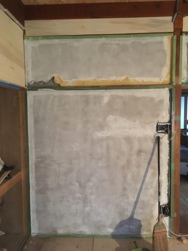 和室の砂壁に、アクどめ用のシーラーを自分で塗りました。