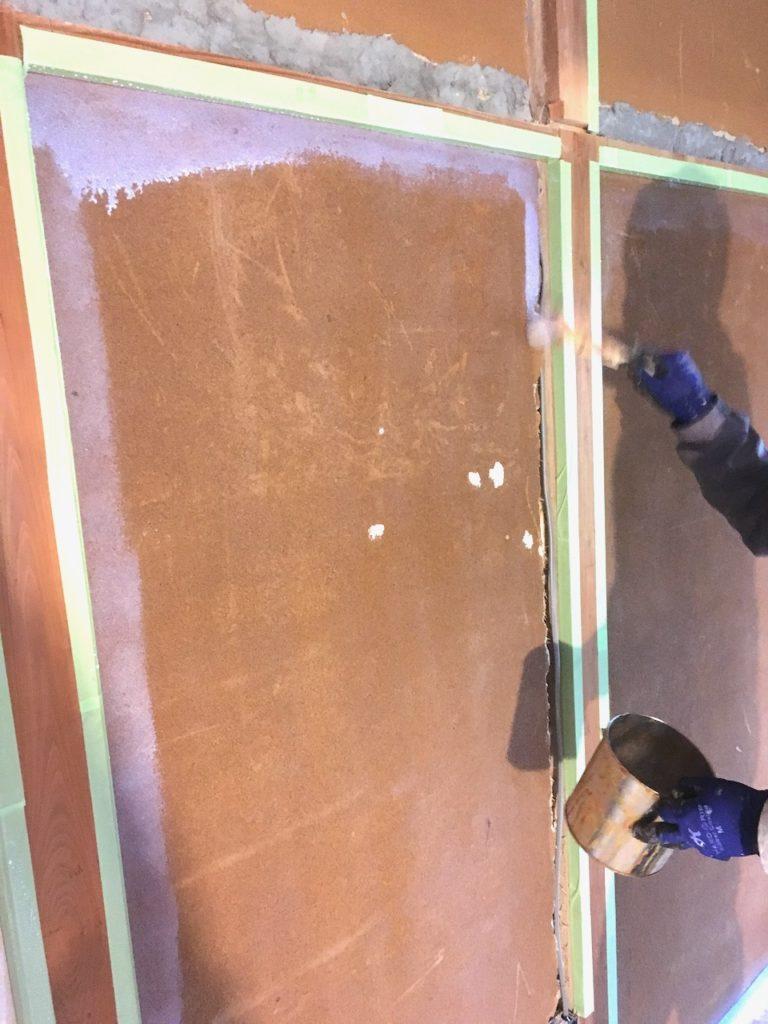 和室の砂壁にアクどめ用シーラーを二度塗り三度塗りするのが、漆喰を上手に塗るコツ。