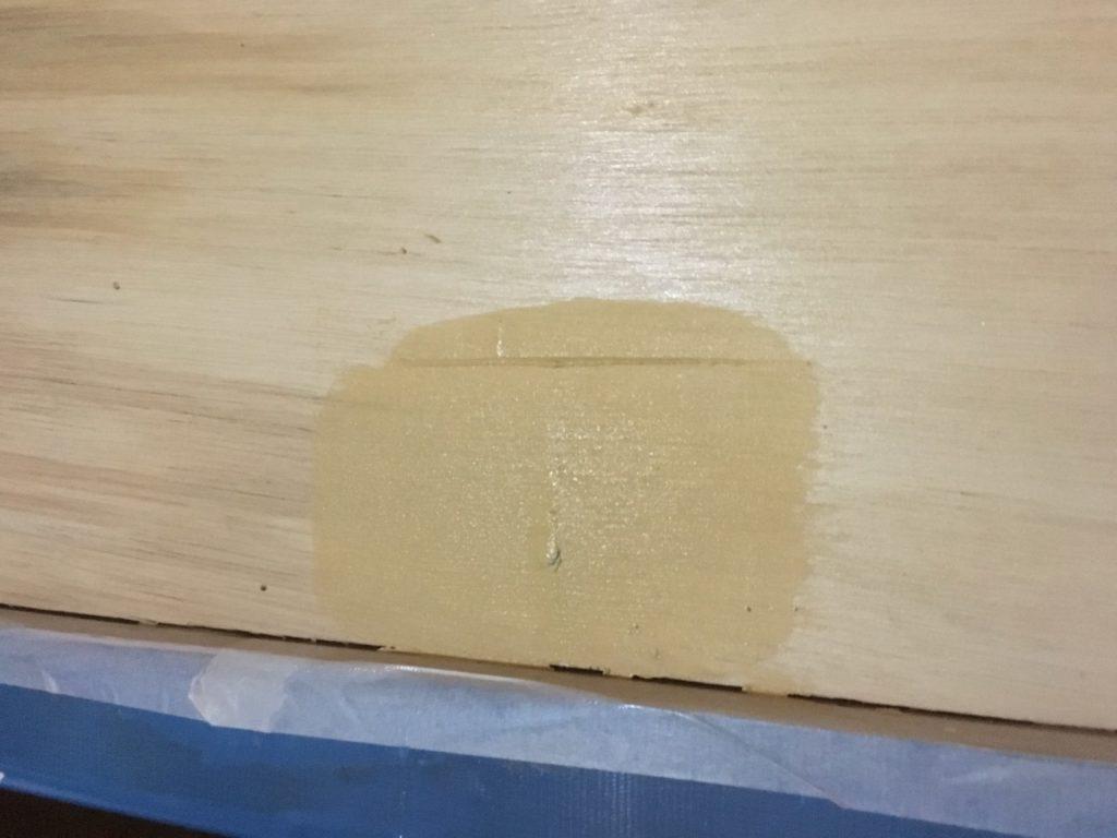 和室の壁をパテで補修する