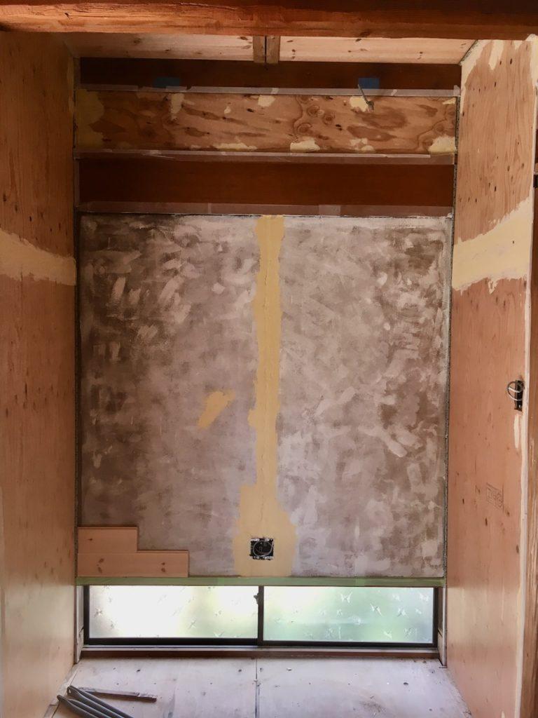 床の間の砂壁に構造板を貼って、その上から漆喰用のアクどめシーラーと漆喰を塗ります。