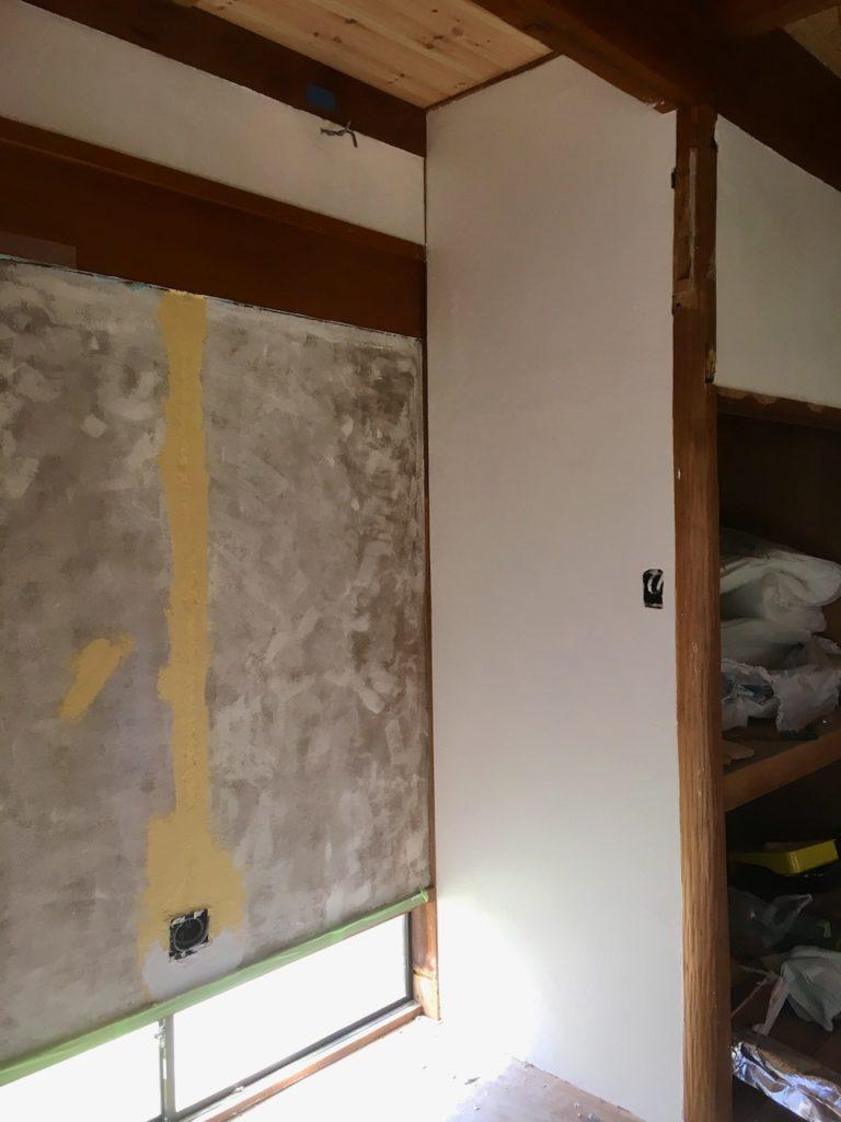 床の間の壁にDIYで漆喰を塗ってみました。
