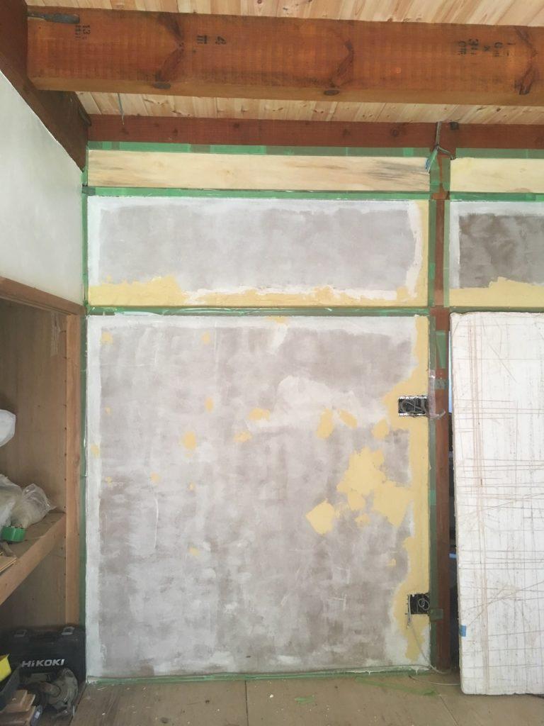 DIYで壁塗りをする前には、必ず養生を綺麗にしましょう。