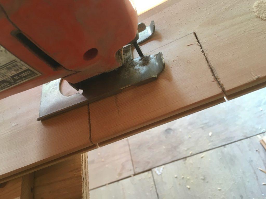 電気のボックスやスイッチ用に、四角く穴をあける方法を解説します。