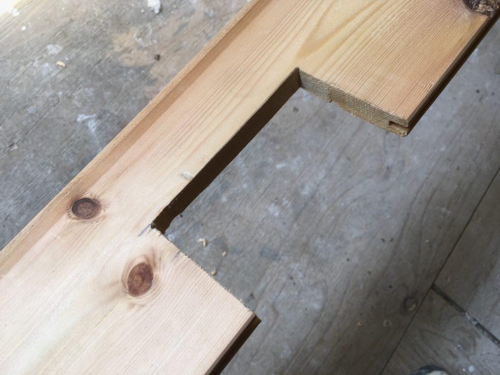 構造板やフローリング材などの木材を、DIYでコの字型に切る方法を解説します。
