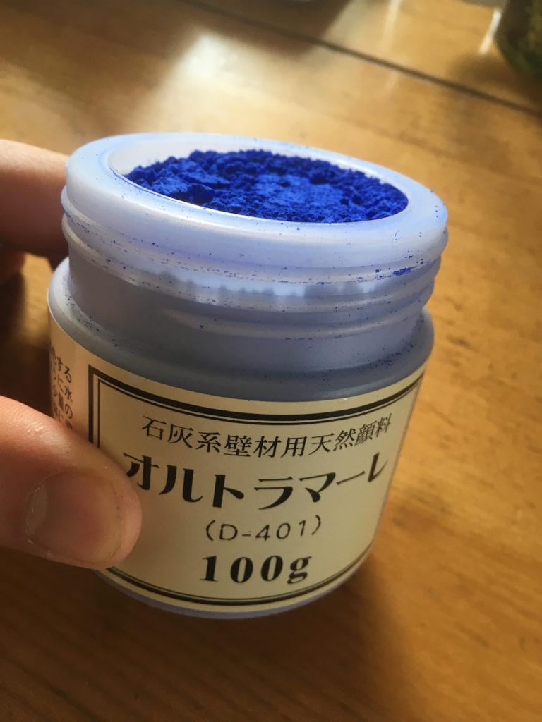 青色顔料のオルトラマーレを使って、漆喰を着色する。