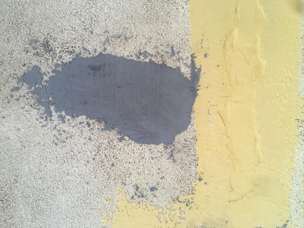 漆喰の着色を失敗したら、ネイビーではなくグレーになってしまった。 松煙の量は考えて使いましょう。少しずつ加えるイメージです。