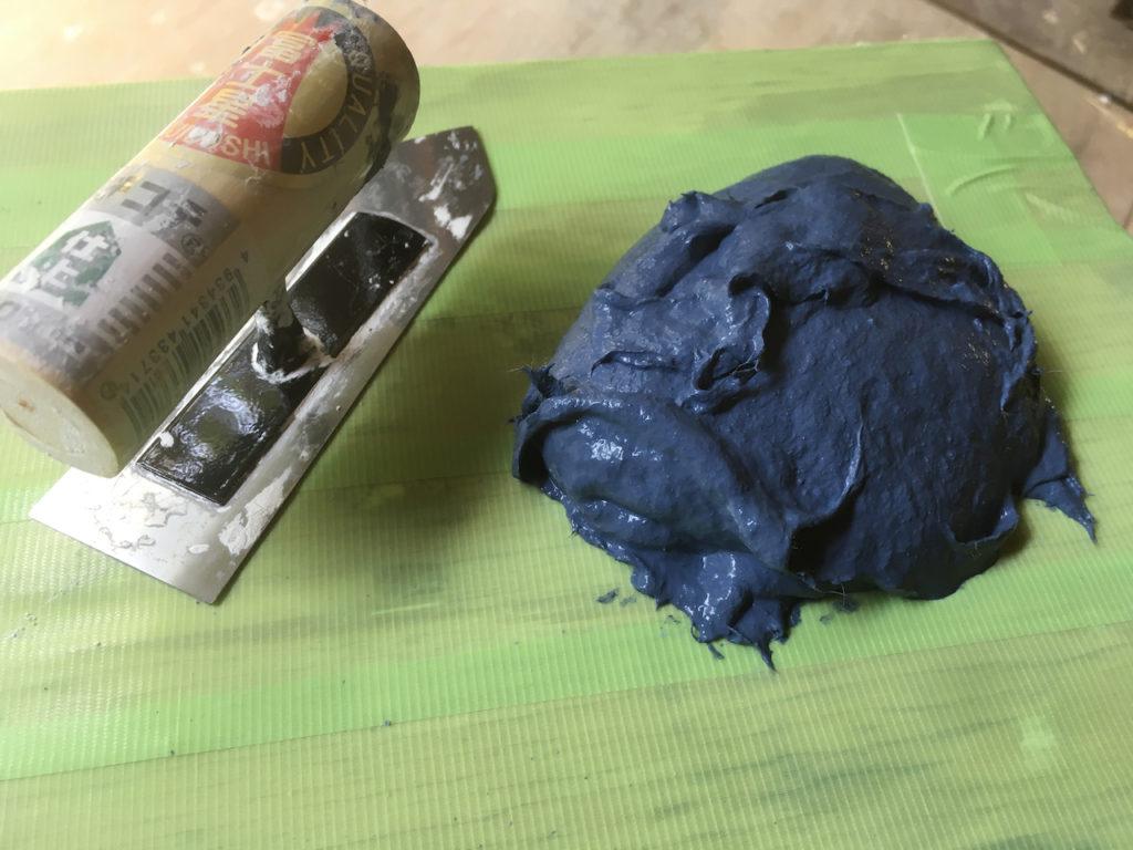 漆喰を着色してネイビーにしてみたら、良い感じになった。