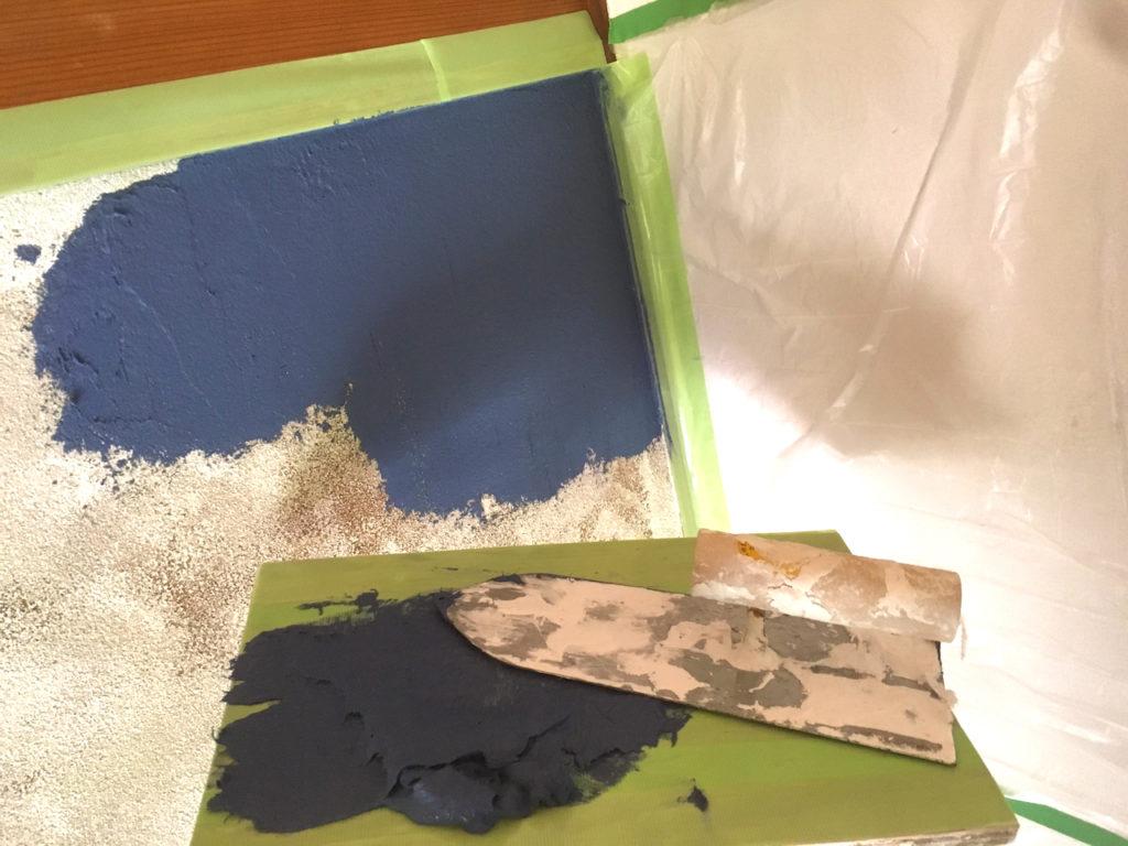 和室の砂壁に、自分で着色したネイビーの漆喰を塗ってみる。これはおすすめ!